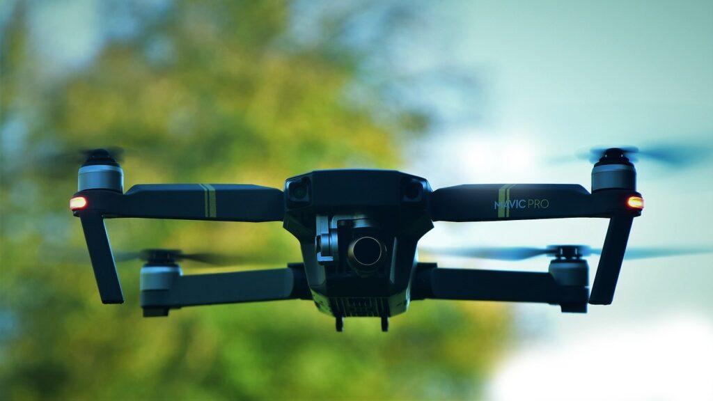 Drone enfrente de un arbol